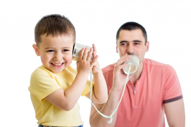 padre hablando con niño