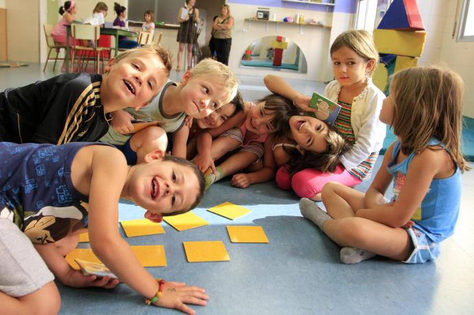 Niños jugando en campamento de verano en inglés
